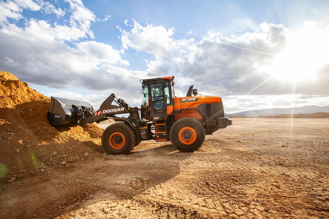 Doosan DL280-7 wheel loader dirt pile